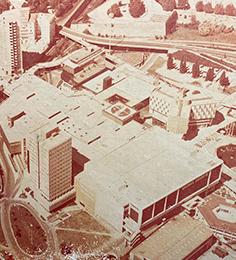 1975 : Ouverture du Centre Commercial Polygone à Montpellier.<br/> Création de la marque Polygone.