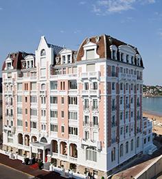 2001 : Racheté au Groupe Royal Monceau, Le Grand Hôtel situé face à la baie de Saint-Jean-de-Luz ouvre ses portes après deux ans de travaux.