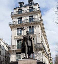 2016 : Au pied de la statue du baron Haussmann, dans un ancien immeuble de bureaux, La Villa Haussmann ****, située au 132 du boulevard du même nom, ouvre ses portes.